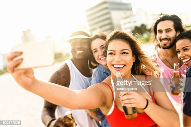 Gruppe von gemischten Rennen mit Freunden machen Sie ein selfie in miami