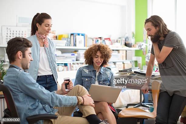 Moderne et tendance groupe de personnes travaillant sur le démarrage