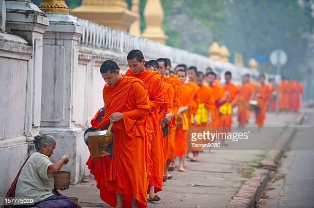 Groupe de des moines recevoir des plats de rue, Laung Prabang