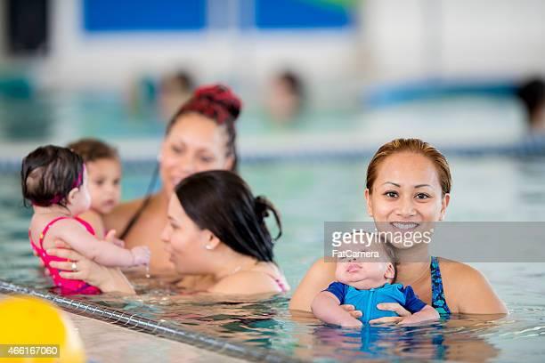 Gruppe von Müttern mit ihren Babys -