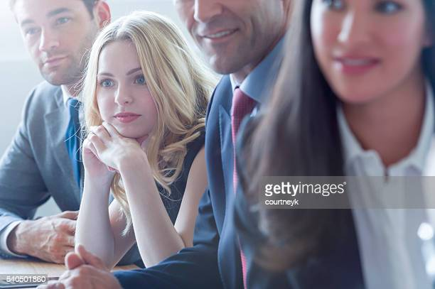 Eine Gruppe von mehr ethnischen Geschäftsleute zuhören.