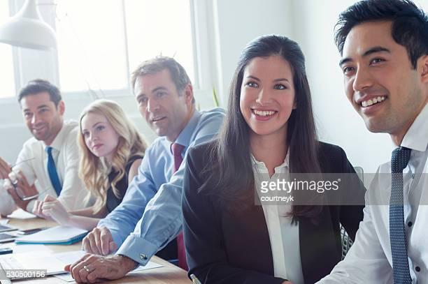 Eine Gruppe von multi ethnischen Geschäftsleute Lächeln.
