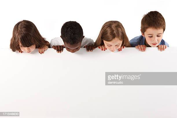 Gruppe von multi-ethnic children holding ein Whiteboard
