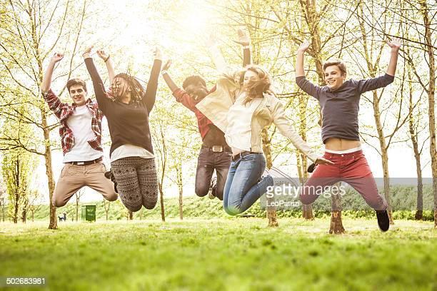 Groupe de multi ethnique des adolescents