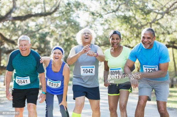 Grupo de la tercera edad y multiétnica a correr en una carrera
