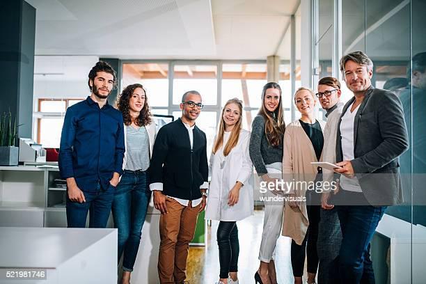 multi ethnique groupe de travailleurs posant pour une photo de groupe de bureau.
