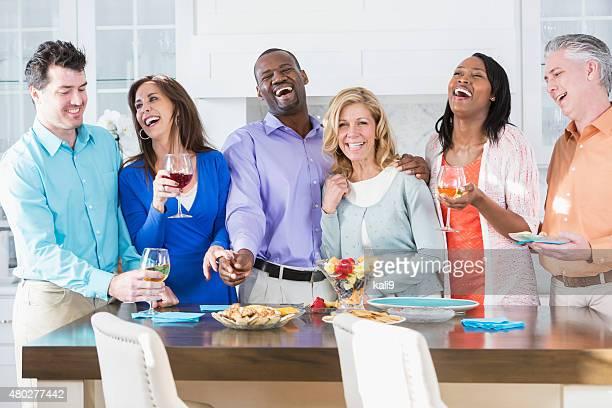 Gruppe von Rassen Erwachsene Freunde haben Spaß auf einer party