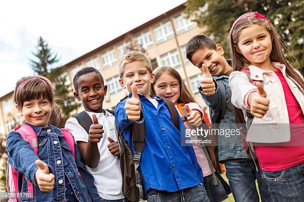 Gruppe von Rassen Schule Kinder mit Daumen nach oben,