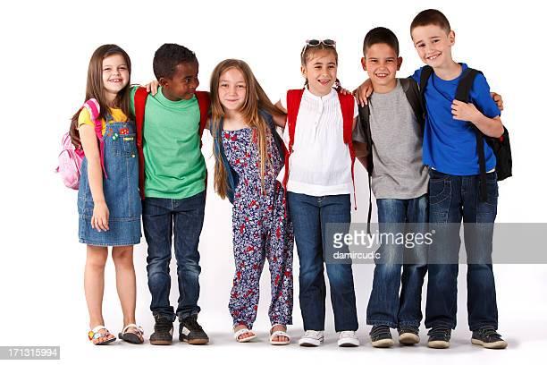 Gruppe von Rassen Schule Kinder mit Rucksäcken Lächeln und Umarmen