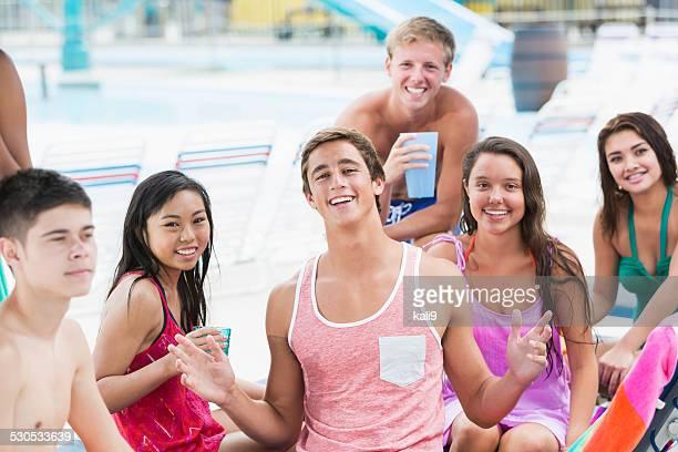 Gruppe von Rassen Teenager Hängen Sie sich auf der Poolterrasse