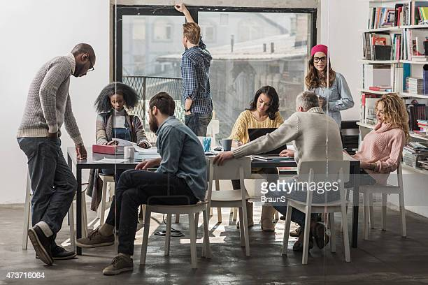 Gruppe von multi-tasking kreative Menschen arbeiten im Büro.