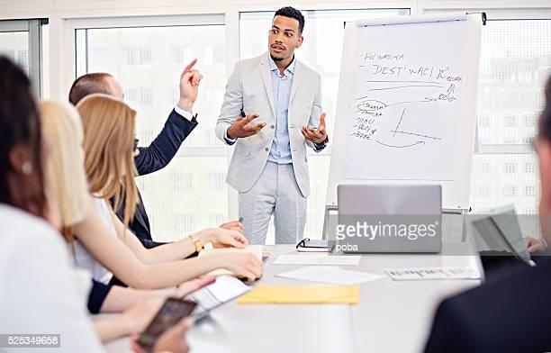 Gruppe von Büro Arbeitnehmer in einem boardroom Präsentation