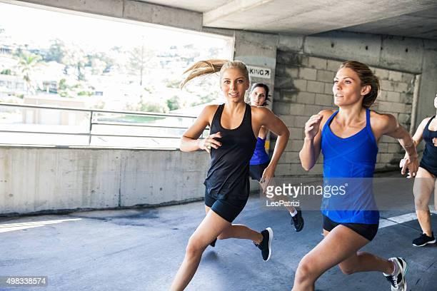 Gruppe von nur Frauen Laufen in einem Parken