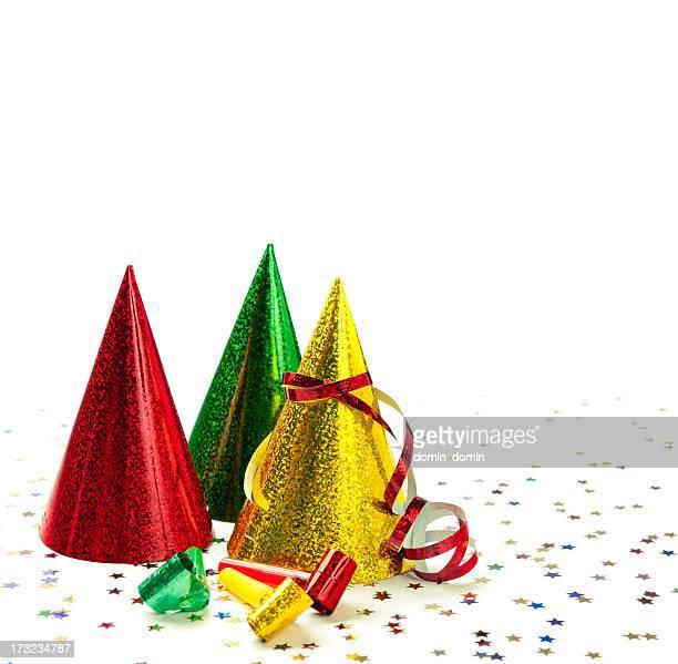 Groupe de chapeaux de fête, des sifflets, et cotillons, confetti, isolé sur blanc