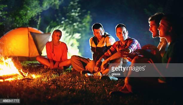 Gruppe von Menschen-camping.