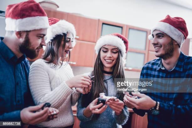 Grupp människor äta godis och dricka kaffe på julfest
