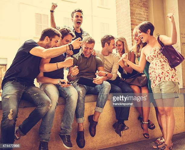 Gruppo di persone che godono di un tablet con