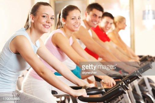 Groupe de personnes à vélo d'exercice dans le centre sportif moderne.