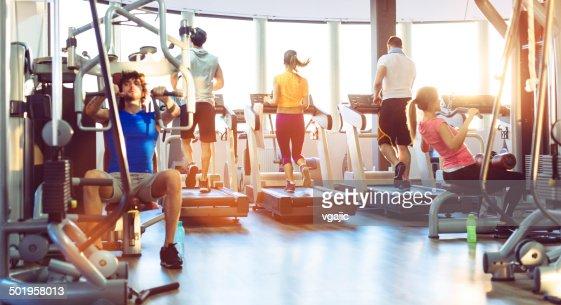 Groupe de personnes de faire de l'exercice dans la salle de sport.