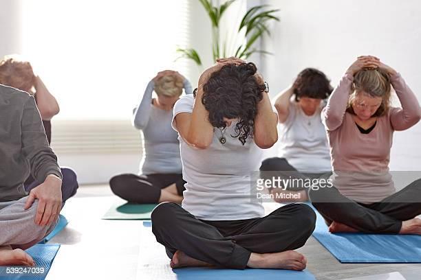 Gruppe von Menschen, die Ausübung während yoga-Kurs
