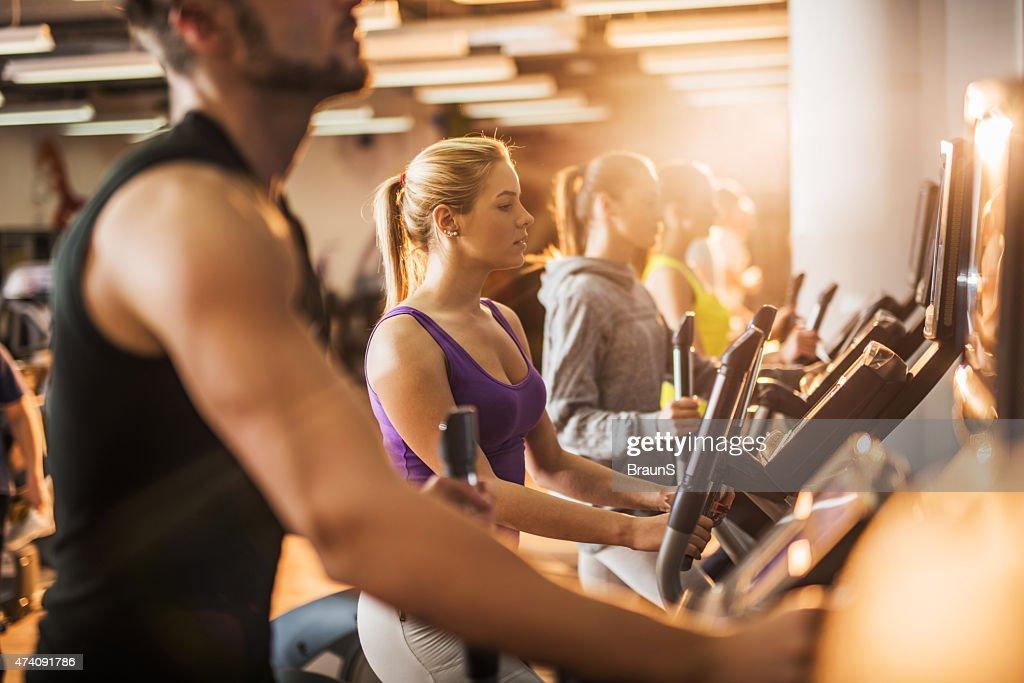 Gruppo di persone esercitando sulla Macchina per allenamento in palestra. : Foto stock