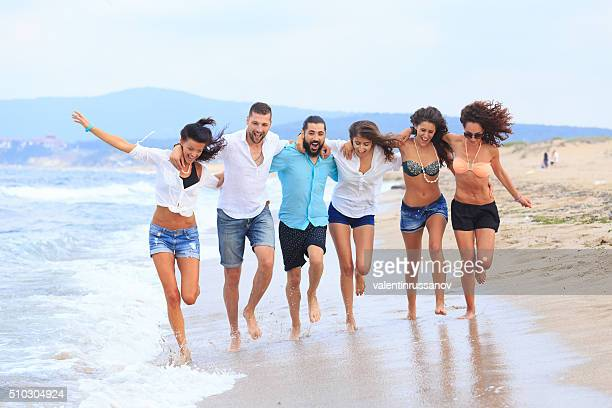 Grupo de pessoas a divertir-se na praia