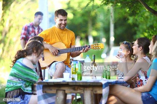 Grupo de personas que picnic al aire libre.