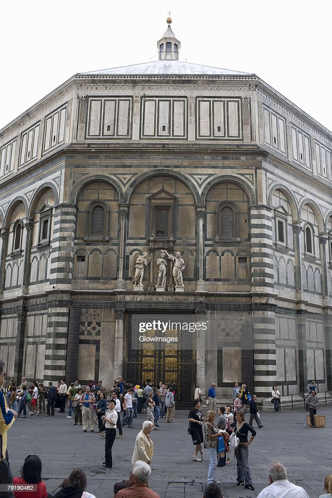 Group of people in front of a church, Battistero di San Giovanni, Florence, Italy : Foto de stock