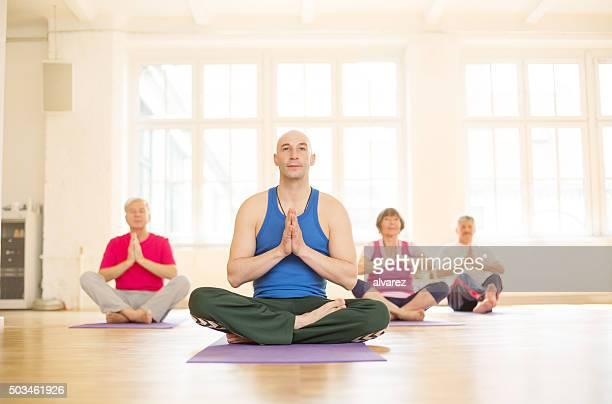 Gruppe von Menschen in yoga-Kurs