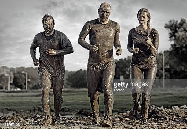 Groupe de personnes de jogging dans la boue