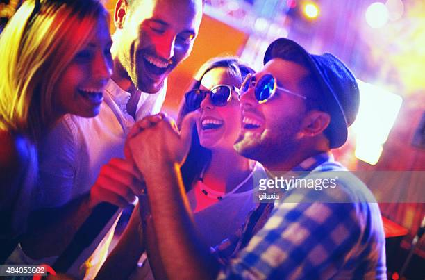 Gruppe von Menschen auf einem karaoke-Wettbewerb.