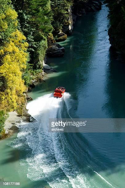 Groupe de personnes vont en bateau à hydrojet sur la rivière