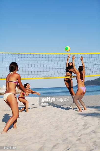Groupe de personnes jouant au volley-ball de plage