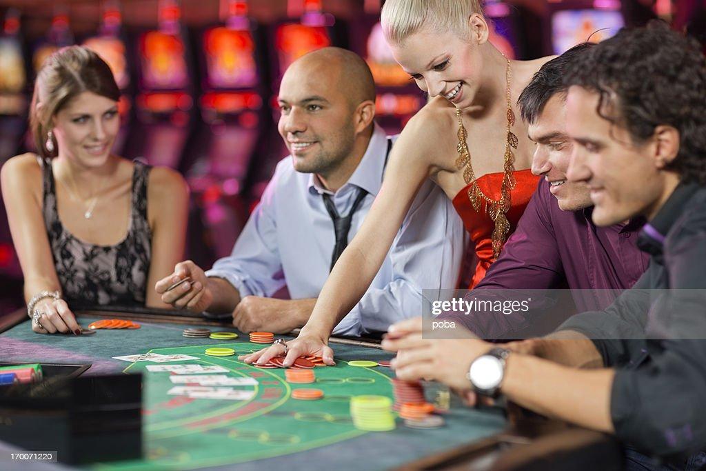 Groupe de gens, jouer au blackjack au casino : Photo