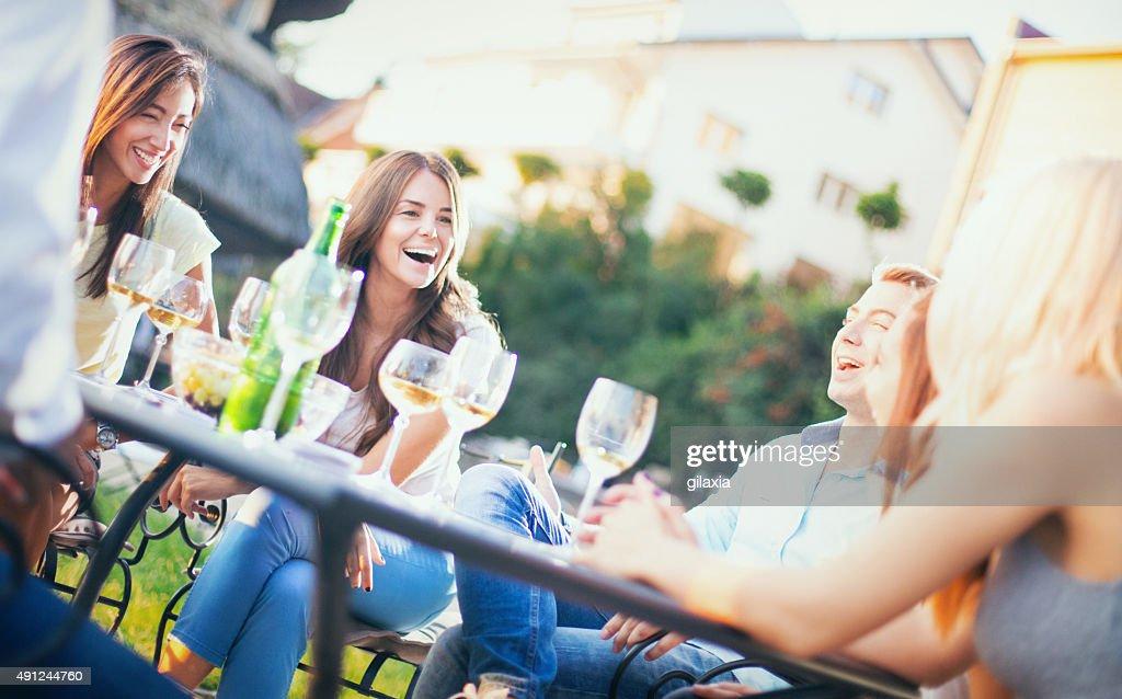 Groupe de personnes se détendre dans le jardin. : Photo