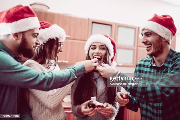 Grupp av personer som delar godis för julfesten