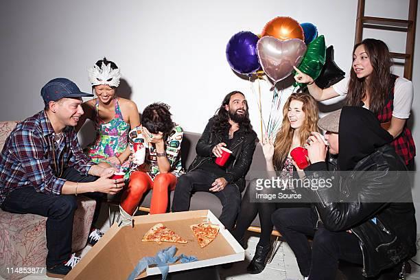 Gruppo di persone seduto al party