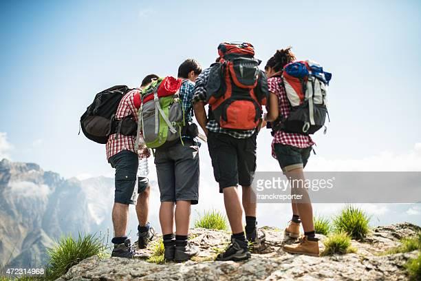 Grupo de personas de pie en la montaña