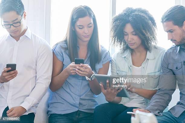 Gruppo di persone che utilizzano dispositivi mobili