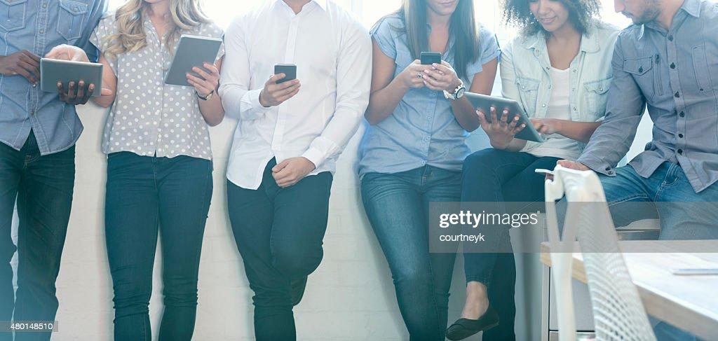 Gruppe von Menschen, die mit mobilen Geräten : Stock-Foto