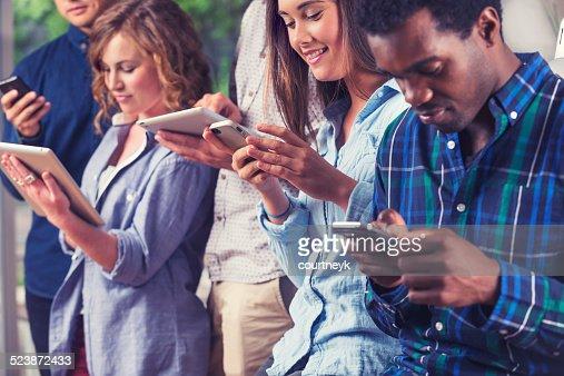 グループを使用する人々のモバイル機器