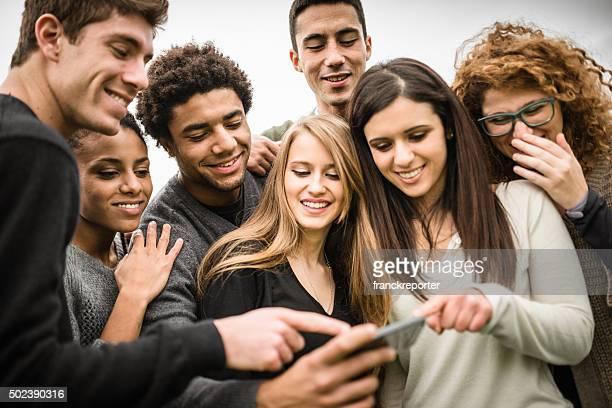 Groupe de personnes en utilisant le téléphone sur le ciel