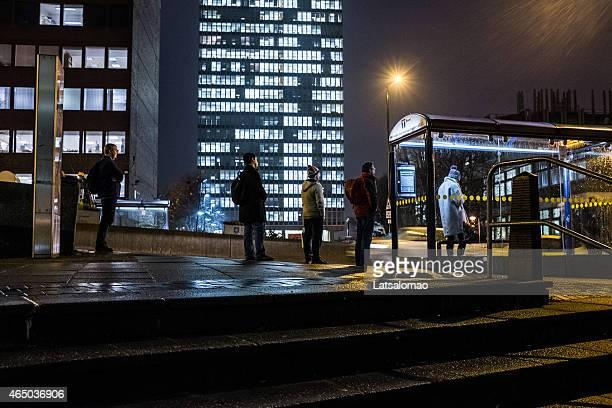 Gruppe von Menschen warten auf den bus