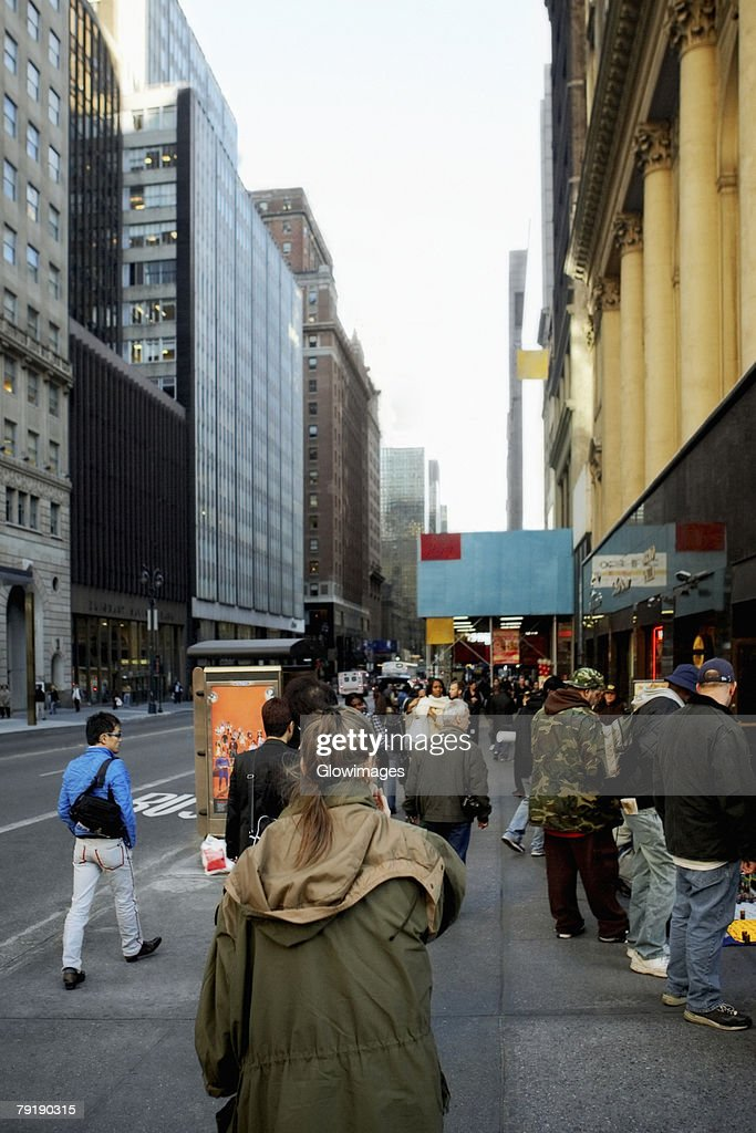 Group of people walking on the walkway, New York City, New York State, USA : Foto de stock