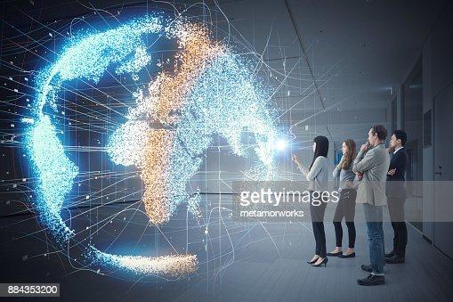 Groupe de gens qui regardent holographique de la terre. Concept de l'astronomie. : Photo