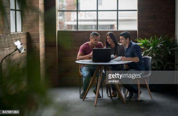 Groupe de personnes travaillant dans le bureau