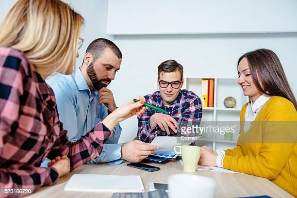 Groupe de personnes travaillant en équipe sur des projets et remue-méninges