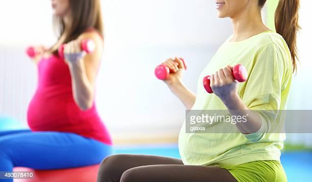 Groupe de femmes enceintes de faire des Pilates.