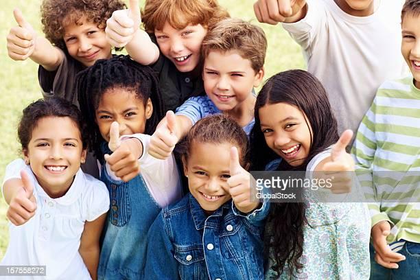 Gruppe von hübsche Kinder mit Daumen hoch