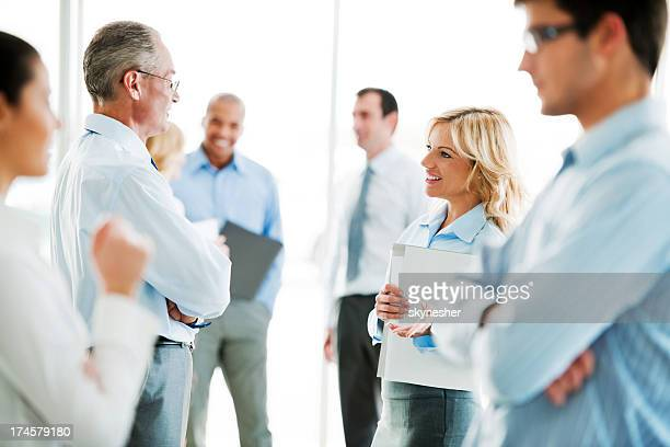 Gruppo di uomini e donne di parlare di professionisti